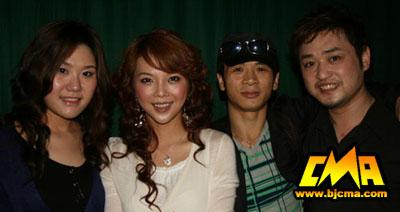 粉娱歌手孙一娇、艾丽莎、粉娱创始人马向东、粉娱歌手黄雪新合影-