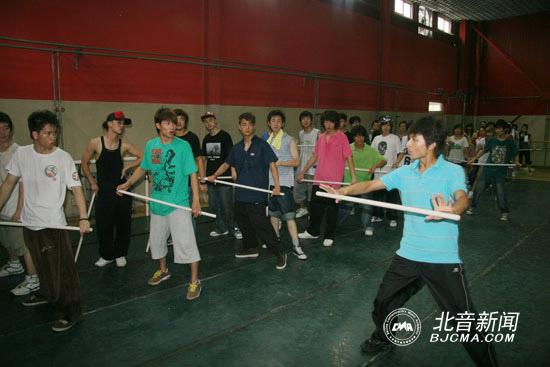 舞蹈老师示范舞蹈动作