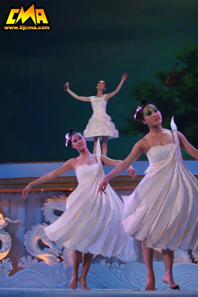 我院舞蹈演员为黄圣依伴舞