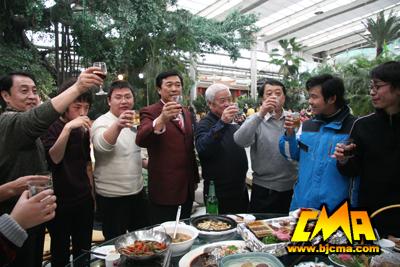 李罡院长与工作人员共同举杯祝愿澳门赌钱官网美好的明天
