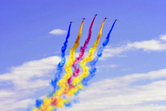 五架彩烟飞机飞过天安门上空