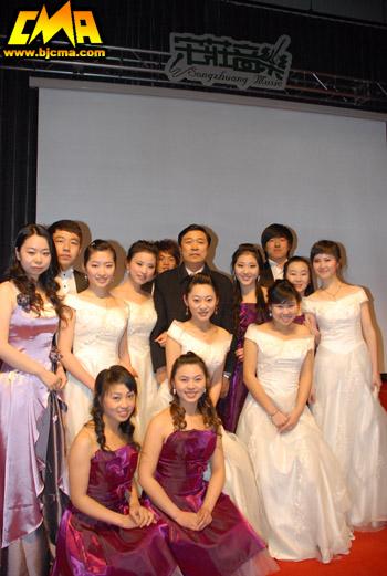 李罡院长与我院合唱团在一起