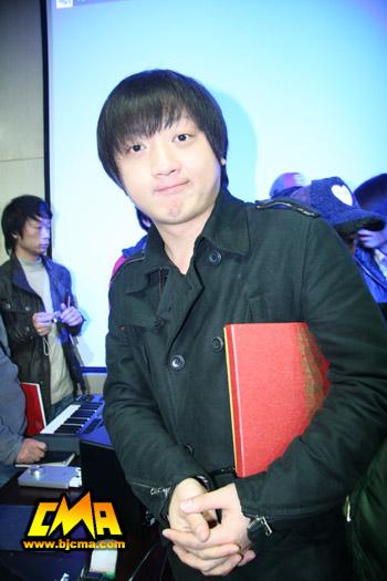 我院音乐传媒学院毕业生郝宇担任张亚东助理