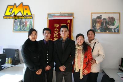 余桐(左二)王博(中)与孙晶女士家人合影