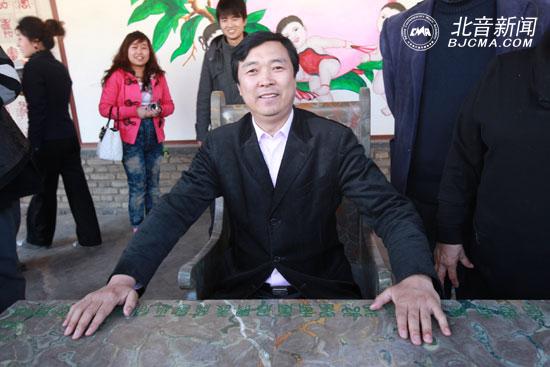 李罡/长寿椅上的李罡院长神采奕奕