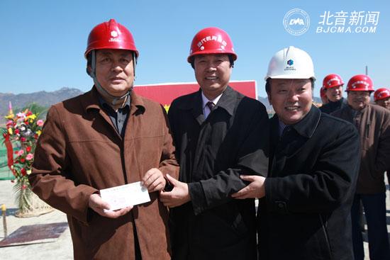 李罡/李罡院长为承建方颁发工程款支票