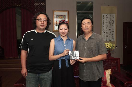 2013年的秋天对北京现代音乐学院毕业生杨凌雁来说是一个意义非凡的秋天8月底,她终于要踏上赴美的旅程,开始美国伯克利音乐学院的课程;同时,她的首张个人原创专辑《杨凌雁Leanne》也正式发售。从一个不起眼的羞涩小姑娘到大方自信、明星范儿十足的歌手,杨凌雁的每一步蜕变都让人惊艳无比。   误打误撞考进北音 融洽集体感受温暖   在高考之前,杨凌雁并不了解北音。在一次上网时,杨凌雁无意中看到了关于北京现代音乐学院的报道,一直喜欢唱歌的她对这所学校产生了浓厚的兴趣。为了进一步了解北音,杨凌雁浏览了学校的官