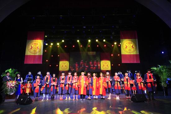 """6月6日上午,""""新梦想 2014""""北京现代音乐(研修)学院2014届毕业典礼在1500平米演播大厅隆重举行,千余名毕业生身齐聚一堂,最后一次聆听院长和老师们的教诲与嘱托。 典礼上,罗熙杰、褚乔等12名在专业领域中表现突出的往届毕业生荣获""""金穗奖"""",郝亚青、贺昕、王畅唱等23名在校园艺术实践活动、专业领域中表现突出的应届毕业生荣获""""银穗奖""""。   金穗奖获奖名单:   (用于表彰在专业领域中表现突出的往届毕业生)   流行演唱学院:"""