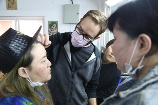 近日,北京现代音乐研修学院影视特效化妆学院迎来好莱坞特效大师Steve Costanza带来的初级特效人物造型课程。在第二周的课程中,Steve Costanza开始教授了老年装的化妆制作方法。 Steve Costanza, 好莱坞特效化妆大师,曾担任数十部好莱坞电影特效部门负责人。代表作有美国电影《潜伏2》《X射线营地 》《人类清除计划》《美国混蛋》《杀人之人》《绝地战警》《长假漫漫》《大人物拿破仑》等等。电视剧作品有:FOX美剧《Touch 》、迪士尼《A.