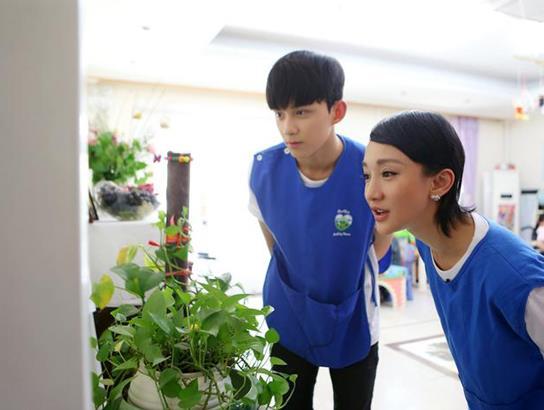 北京现代音乐研修学院附中学生吴磊加入周迅公益项目 与孤残儿童温馨互动