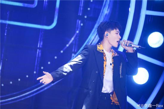 《嗨唱转起来》收官夜 李鑫一三段高音惊艳演绎《我们的爱》 与孙楠实力合唱《不见不散》